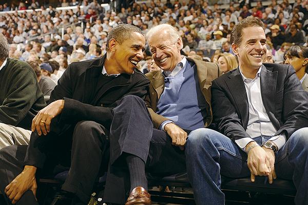 圖為美國前總統奧巴馬(Barack Obama,左)和前副總統喬拜登(Joe Biden,中)和拜登兒子亨特(Hunter Biden,右)。(Mitchell Layton/Getty Images)