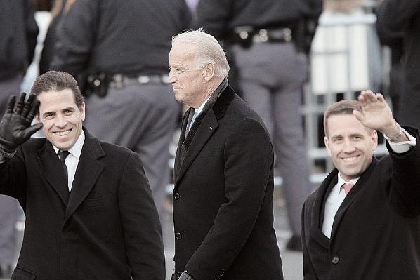 右起:拜登長子博拜登(Beau Biden。電郵門手提電腦主人)、拜登、次子亨特。(David McNew/Getty Images)