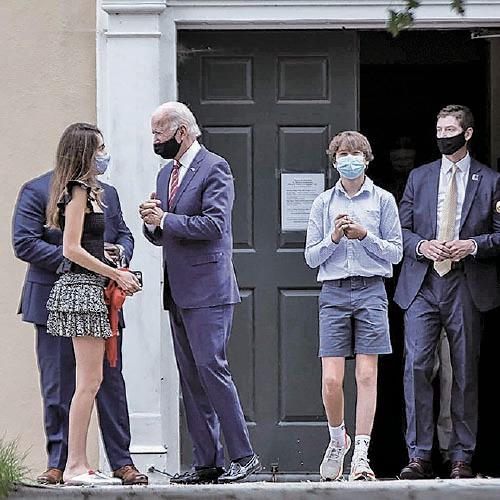 拜登(左二)與他的孫女(左一)及孫兒(左三。亨特的兒子)。(GABRIELLA AUDI/AFP via Getty Images)