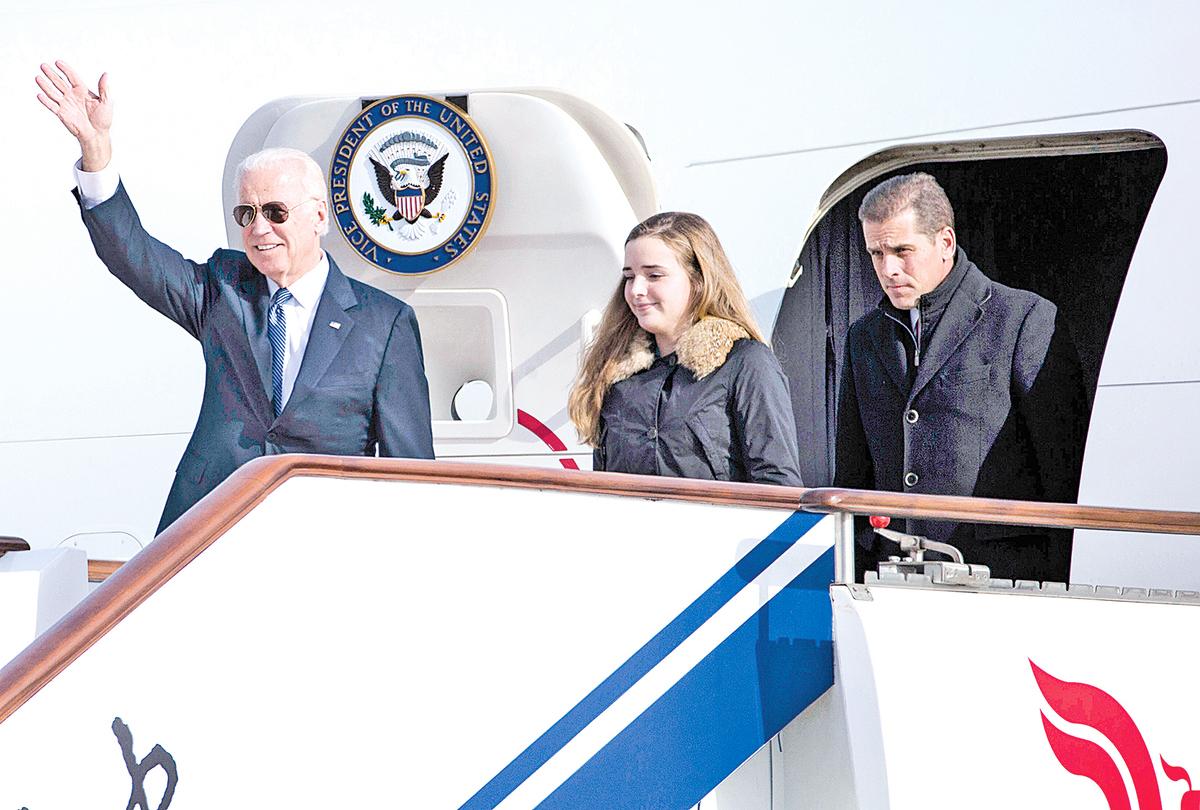 2013年12月4日,時任美國副總統拜登訪問北京,他的孫女(Finnegan Biden)和兒子(Hunter Biden)隨他一同走出空軍二號專機。(Ng Han Guan-Pool/Getty Images)