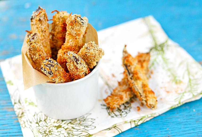 茄子也可以裹麵包粉用焗爐烤,代替薯條食用。