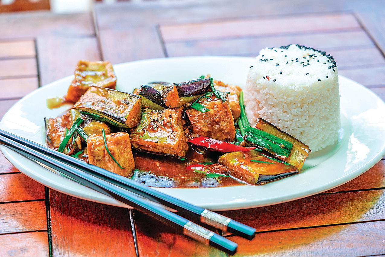 茄子炒豆腐是很下飯的菜餚!