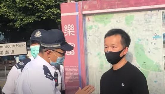 警察來到街站並盤問陳志全。(宋碧龍/大紀元)