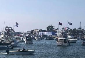 特朗普抵加州橙縣 上萬選民海陸兩地大歡迎