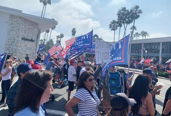 10月18日,加州選民在海上開著遊艇,及在路邊夾道歡迎美國總統特朗普抵達加州橙縣。(Butterfly@LA提供)