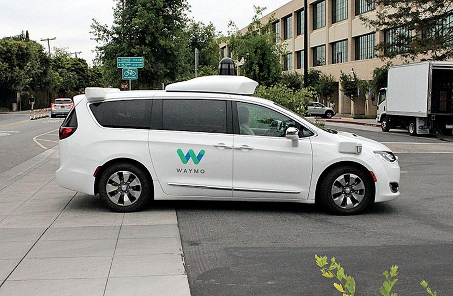 一輛Waymo自動駕駛汽車正駛入谷歌總部停車場。(GLENN CHAPMAN/AFP via Getty Images)