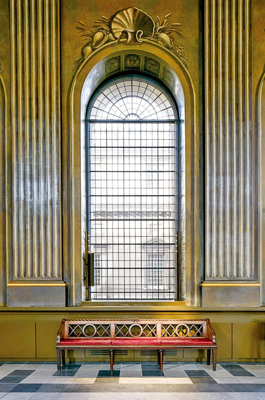 倫敦格林威治舊王家海軍學院,彩繪畫廳內到處可見令人驚歎的建築風格——大部份是畫上去的。裝飾畫家詹姆斯桑希爾用了「視覺陷阱」的技巧,製造出如同真實建築效果的錯覺,例如這些柱子。(圖片來源/Old Royal Naval College提供)