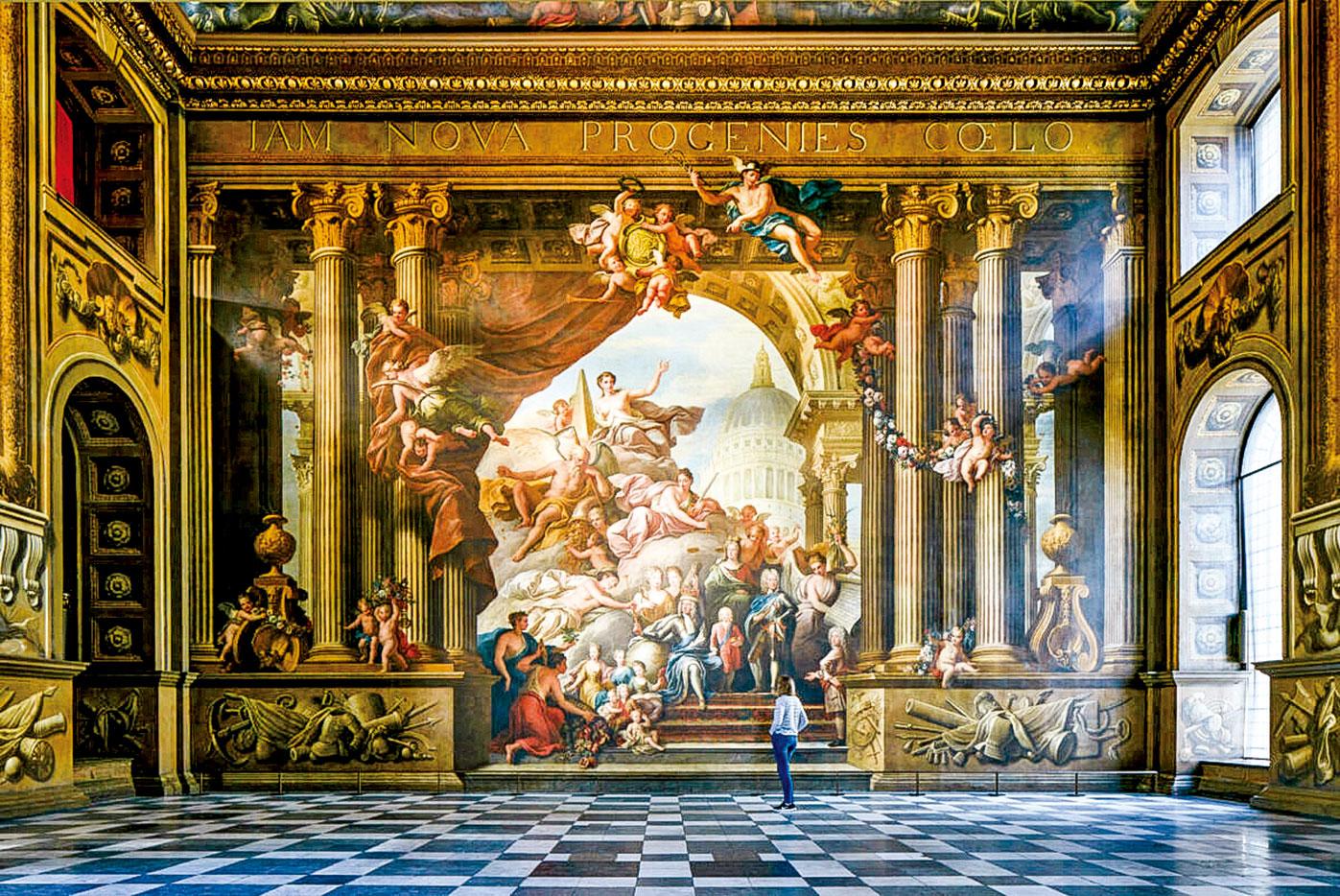 舊王家海軍學院的彩繪畫廳上廳,牆壁壁畫描繪了喬治國王身旁圍繞著家族成員,彰顯著他的統治力量和新教血脈的穩固性。(圖片來源/Old Royal Naval College提供)