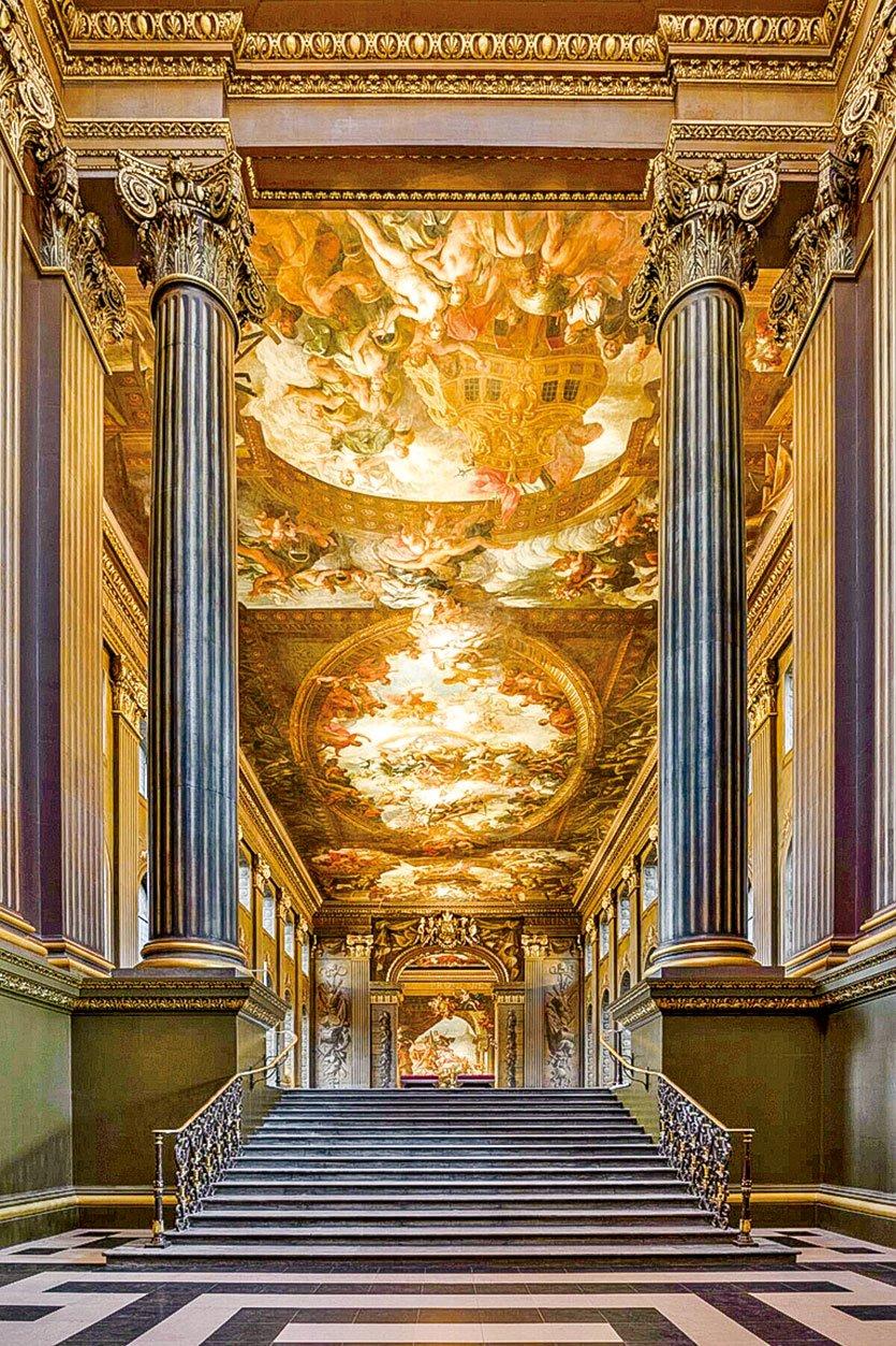 位於倫敦格林威治舊王家海軍學院內的彩繪畫廳,由詹姆斯桑希爾爵士繪製的壁畫上有百位人物, 紀念英國王室及其海軍和商人的偉大。(圖片來源/Old Royal Naval College提供)