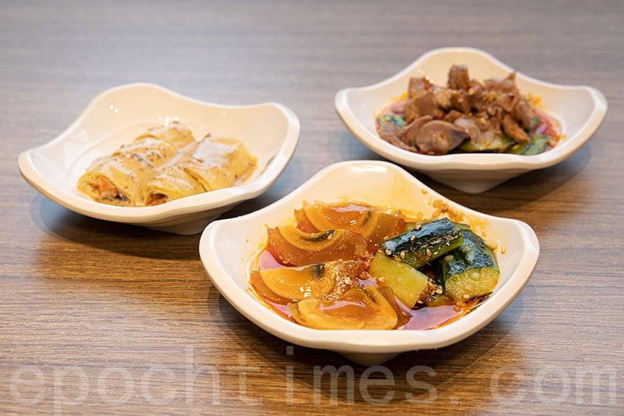 滋味小菜:麻醬腐皮卷、麻辣雞腎、涼拌皮蛋。(陳仲明/大紀元)