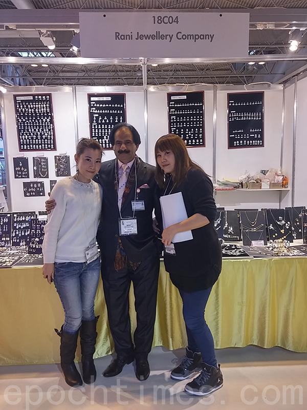 2017年Susanna和Yan到訪英國伯明翰參與展覽,與客戶合照。(受訪者提供)