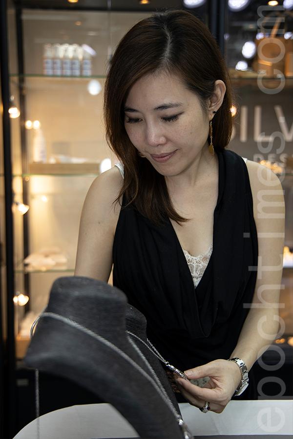 每當回看銀飾成品,Susanna總有一絲感慨,感激身邊人的共同努力和客人的支持。(陳仲明/大紀元)
