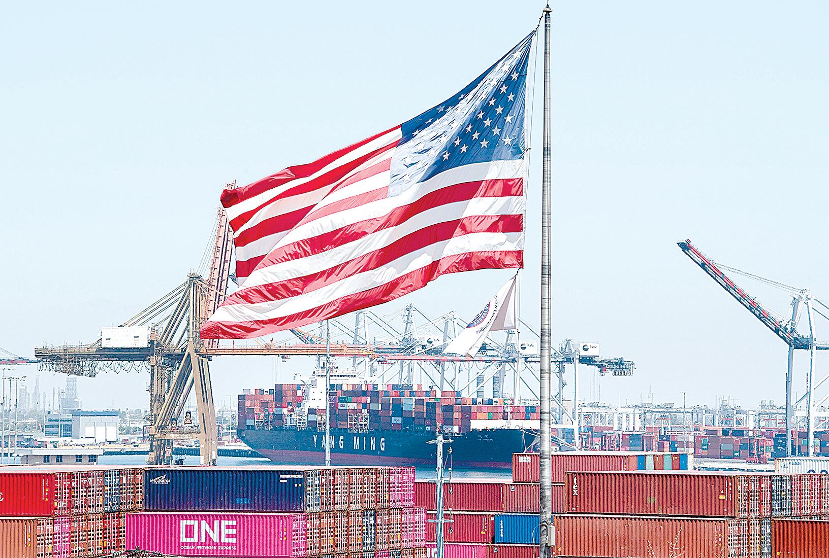 中美貿易戰和疫情嚴重衝擊了中國出口業。圖為2019年8月1日,美國加州的長灘港,一艘來自亞洲的貨船停泊在港口。(MARK RALSTON/AFP via Getty Images)