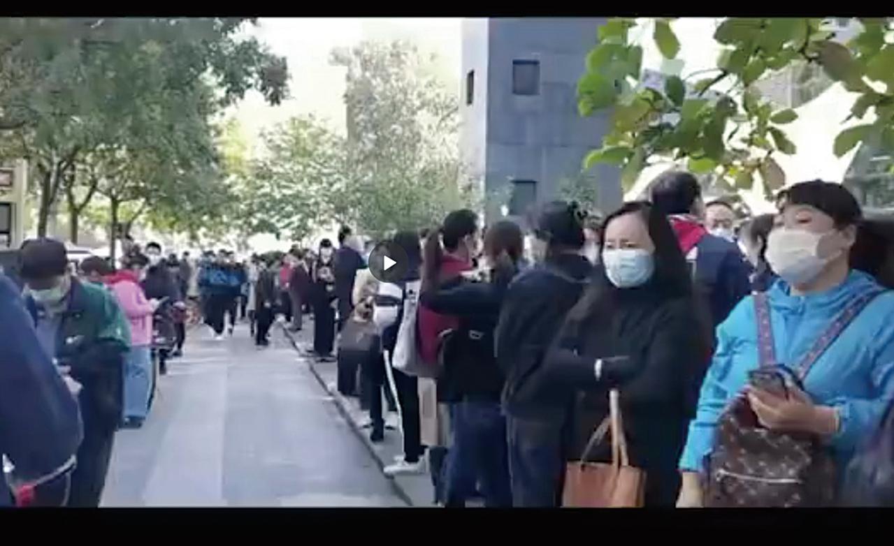 有1,200餘家直營校區的線下教育機構「優勝教育」爆雷,北京的家長和老師周一趕往優勝教育北京總部維權。(影片截圖)