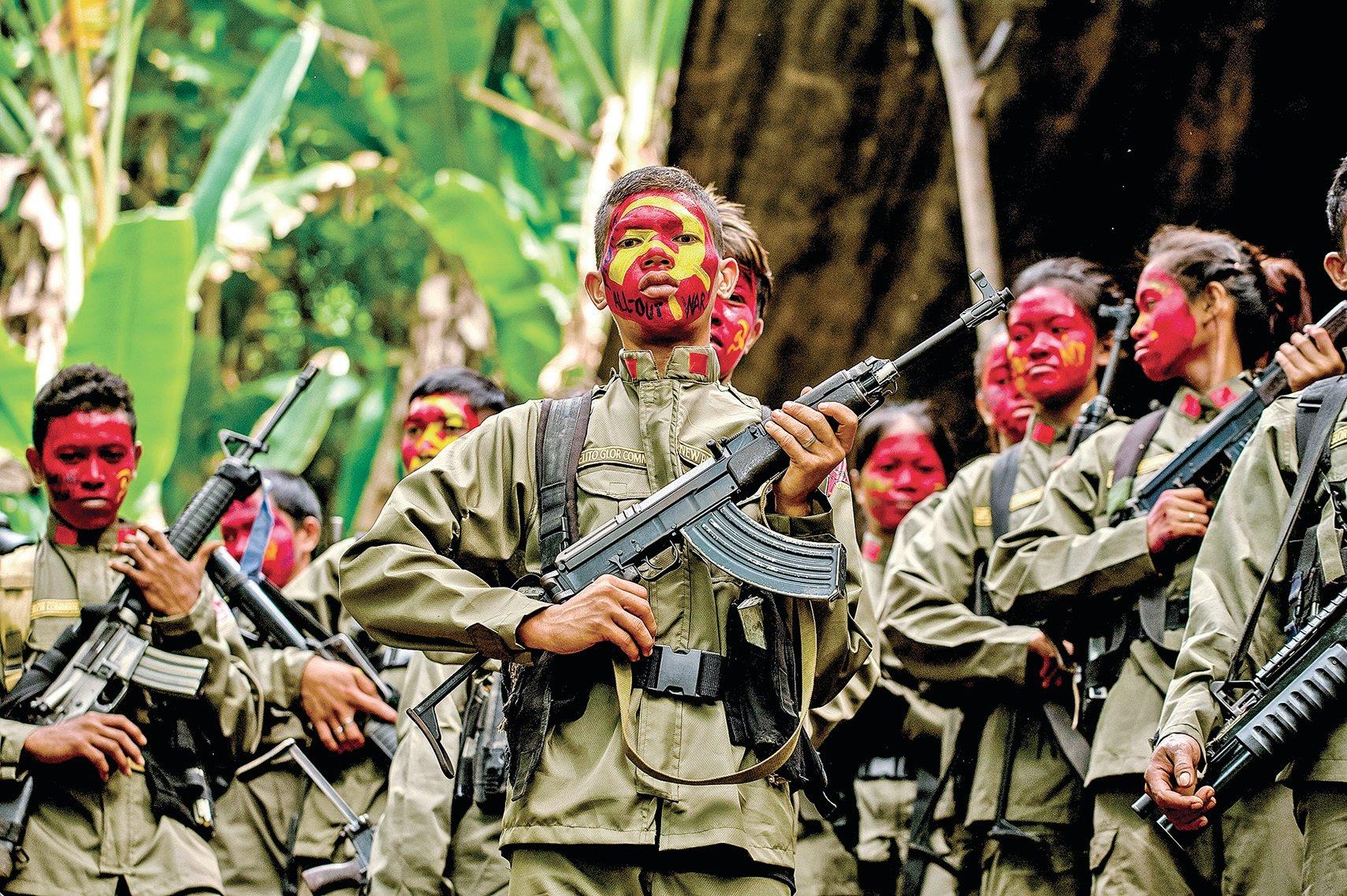 菲共宣佈:未來將對中國企業施加襲擊。這將嚴重打擊中共的「一帶一路」。菲共信仰毛澤東思想,使用毛的軍事戰略,用來打擊中共,可見世事變幻。圖為2017年在叢林中的菲共游擊隊。(Getty Images)