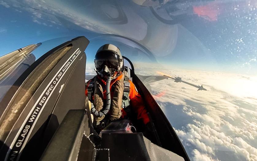 F-16戰機飛行員發射紅外線響尾蛇導彈。(台灣軍聞社記者周昇煒攝)