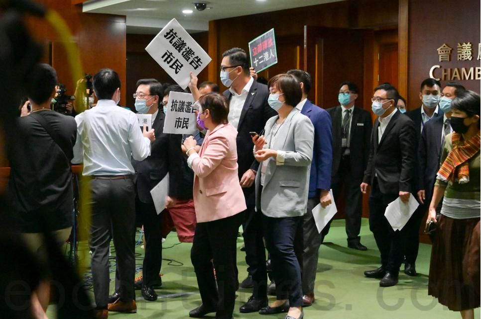 10月21日,民主派議員包圍保安局局長李家超,舉牌抗議。(郭威利/大紀元)