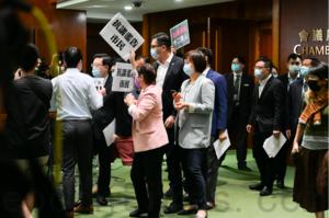 李家超拒答是否派飛機監視十二港人 遭民主派包圍抗議
