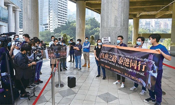 數十名香港民主派區議員,昨日以4人一組的方式,到泰國領事館請願,聲援泰國民眾抗爭。(宋碧龍/大紀元)