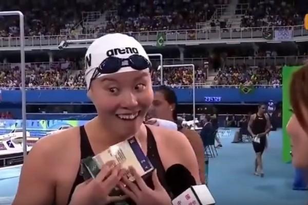 中國大陸女泳將傅園慧在女子100公尺仰泳準決賽後,以一句「用了洪荒之力」稱自己比賽時毫無保留,在網路爆紅。(視像擷圖)