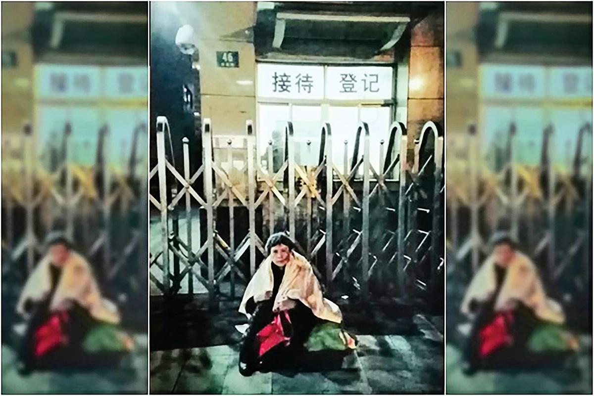 孫洪琴說,沒有大紀元等國外媒體的報道,她可能早就沒命了。圖為孫洪琴坐在接待處大門外。(受訪人提供)