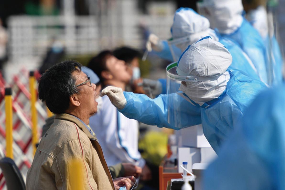 2020年10月12日,山東青島的醫務人員正在為居民做核酸檢測。(STR/AFP via Getty Images)
