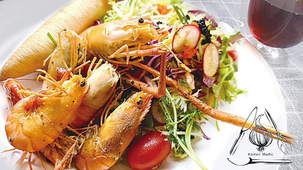 檸檬黑胡椒焗大頭蝦配沙律。