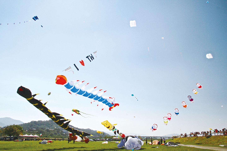 繽紛燦爛的各式風箏在天空飛揚。(許享富/大紀元)