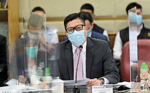 鄧炳強獲李偲嫣送花 被質疑違反限聚令和口罩令