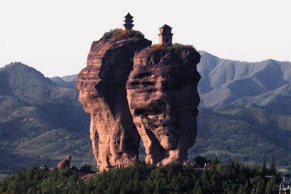 中國古代建築是古人用自己的血汗和智慧創造出的輝煌與傳奇,彷如神來之筆,似有神助,一些不可思議的建築背後都有著神傳文化的內涵,同時留給後人一條探尋、歸回傳統的路。圖為承德雙塔山。 (Whereisthetruthicantfindyou, Wikimedia Commons)