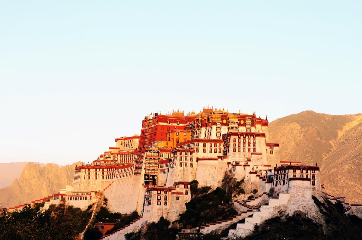 布達拉宮建在「世界屋脊」之上,被譽為「世界屋脊上的明珠」,同時也是西藏與拉薩最重要的象徵。(Fotolia)