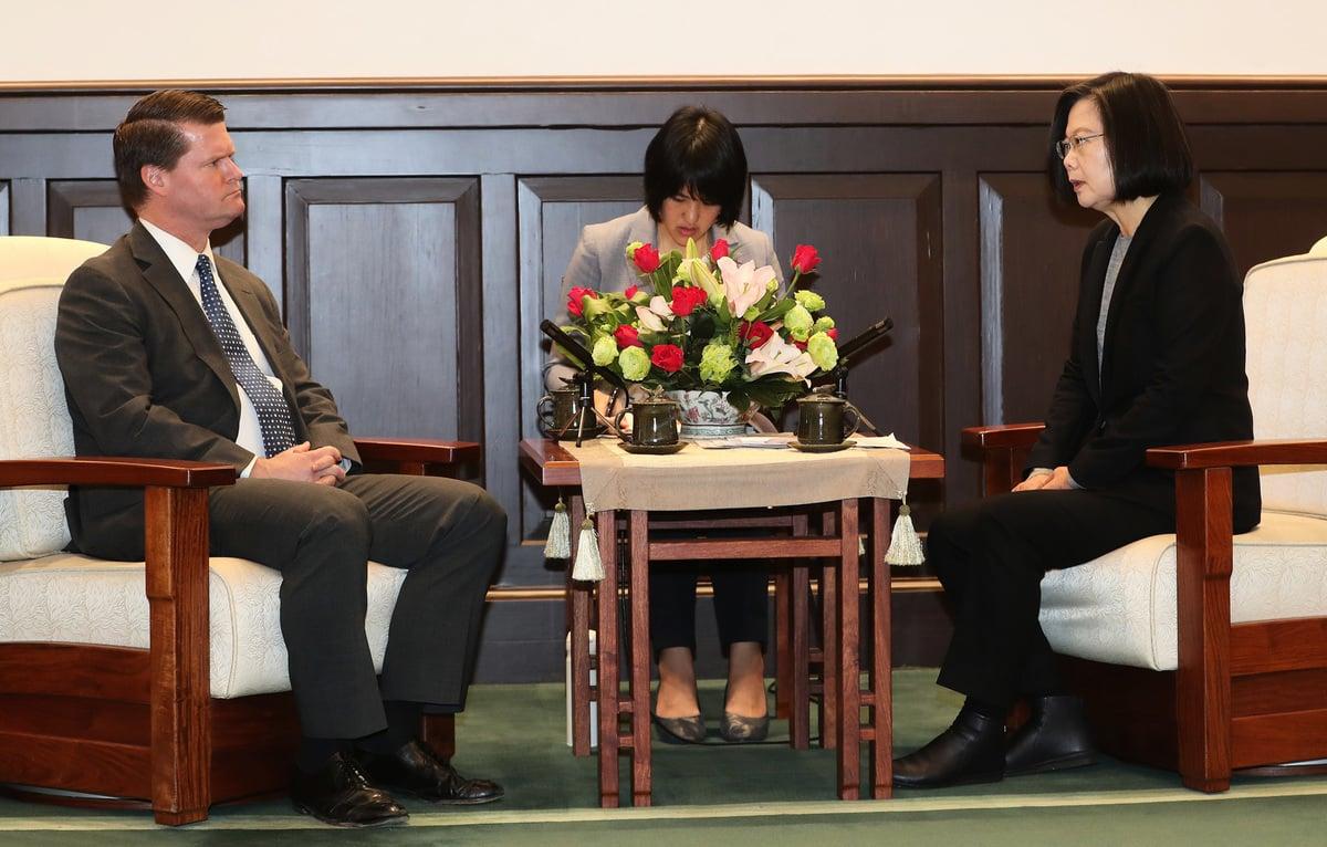 2020年2月20日上午,總統蔡英文(右)在總統府接見「2049計劃研究所」主席、前美國國防部印太安全事務助理部長薛瑞福(左)。(中央社)