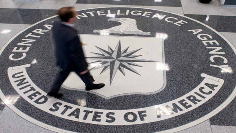 图为一名男子越过中央情报局(CIA)总部大厅的CIA徽标。(SAUL LOEBAFP via Getty Images)