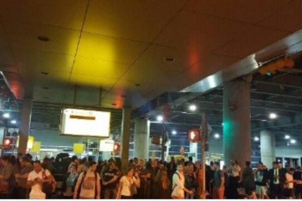 14日晚間紐約甘迺迪國際機場(JFK)第八航廈離境大廳被疏散的人群。(CNN推特擷圖)