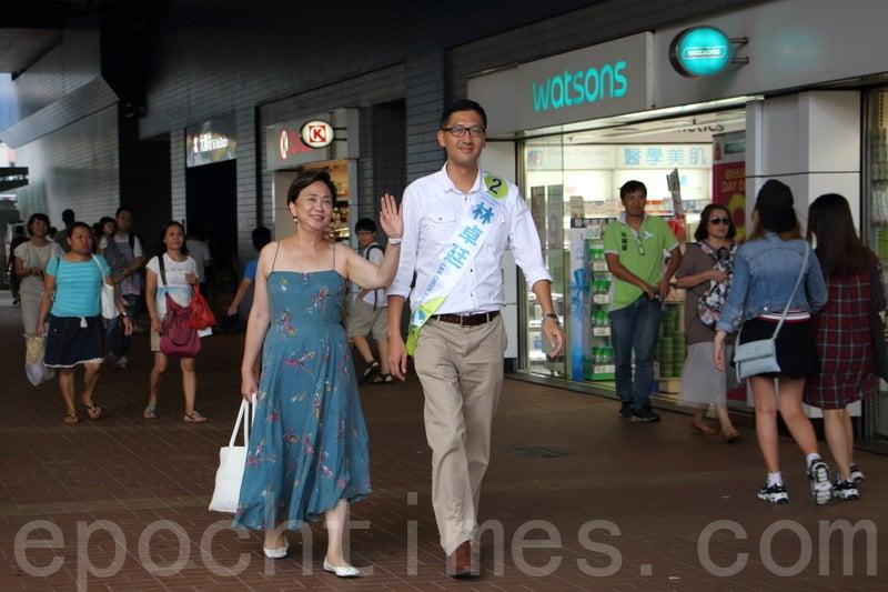 █ 民主黨總幹事林卓廷和主席劉慧卿昨日在大圍拉票,劉慧卿更「找數」穿上36年前當記者時穿過的裙,支持林卓廷。(蔡雯文/大紀元)