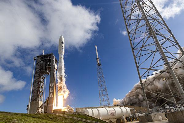 10月21日,美國太空軍率先成立首個職能司令部——太空作戰司令部。圖為擎天神5號運載火箭5月17日於佛州卡納維拉爾角空軍基地升空的畫面。(美國太空軍網站)