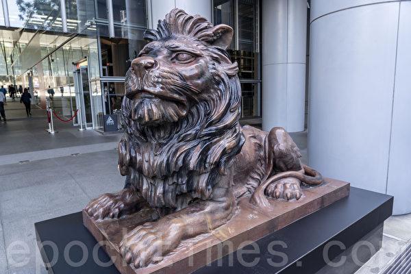 滙豐中環總行一對銅獅經過復修後,於22日重新向公眾展示。(大紀元資料圖片)