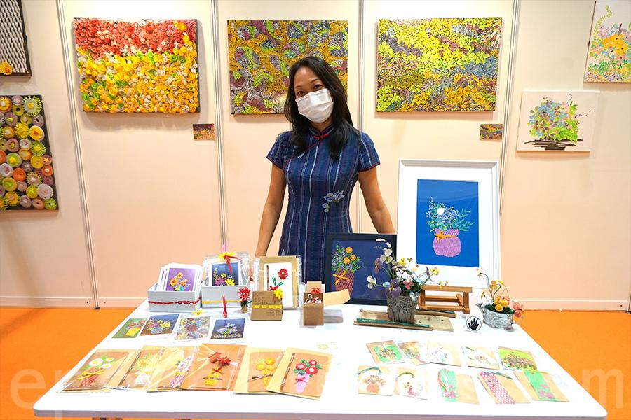 環保藝術家Agnes將環保作品為TOV攤位加入色彩,並設有環保小手工教學,包括蔬果網書簽和酒塞花工作坊。(曾蓮/大紀元)