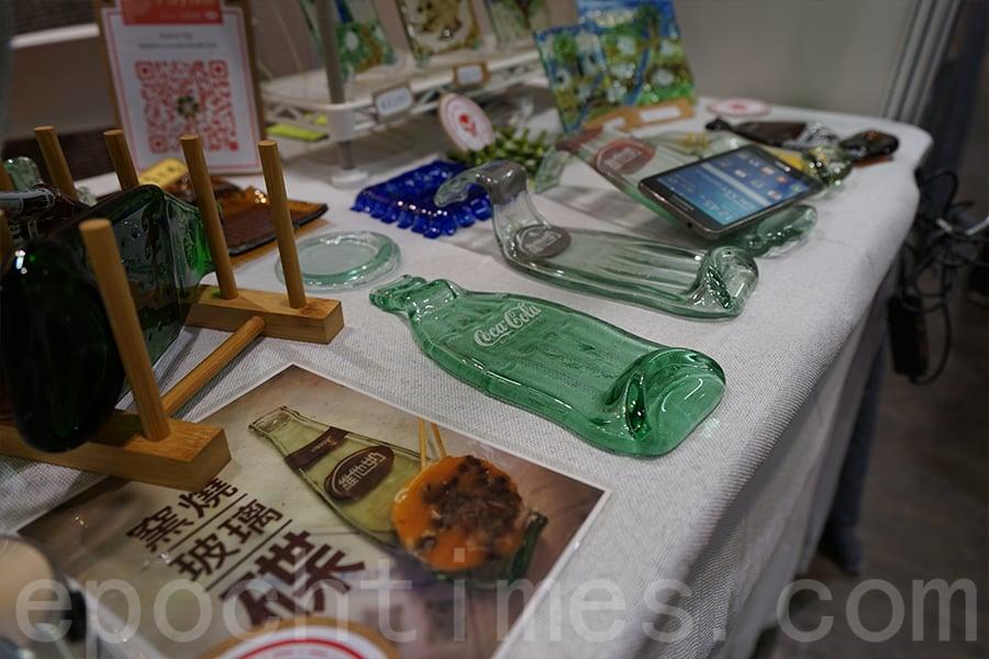 Kanny's Living Art Studio攤位,每日下午三點,Kanny會在場內舉行「玻璃工作坊」。(曾蓮/大紀元)