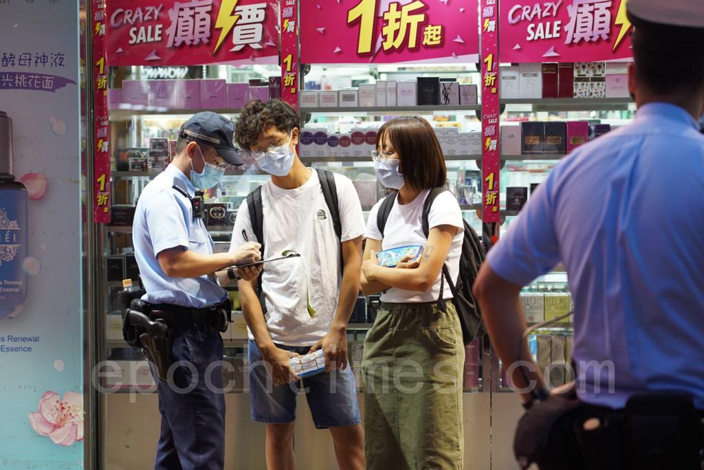 有市民路過買紙巾、口罩遭警員票控。(余鋼/大紀元)