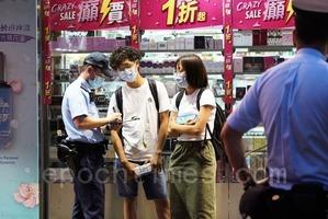 議員擺街站籲關注12港人 市民路過買紙巾遭警票控