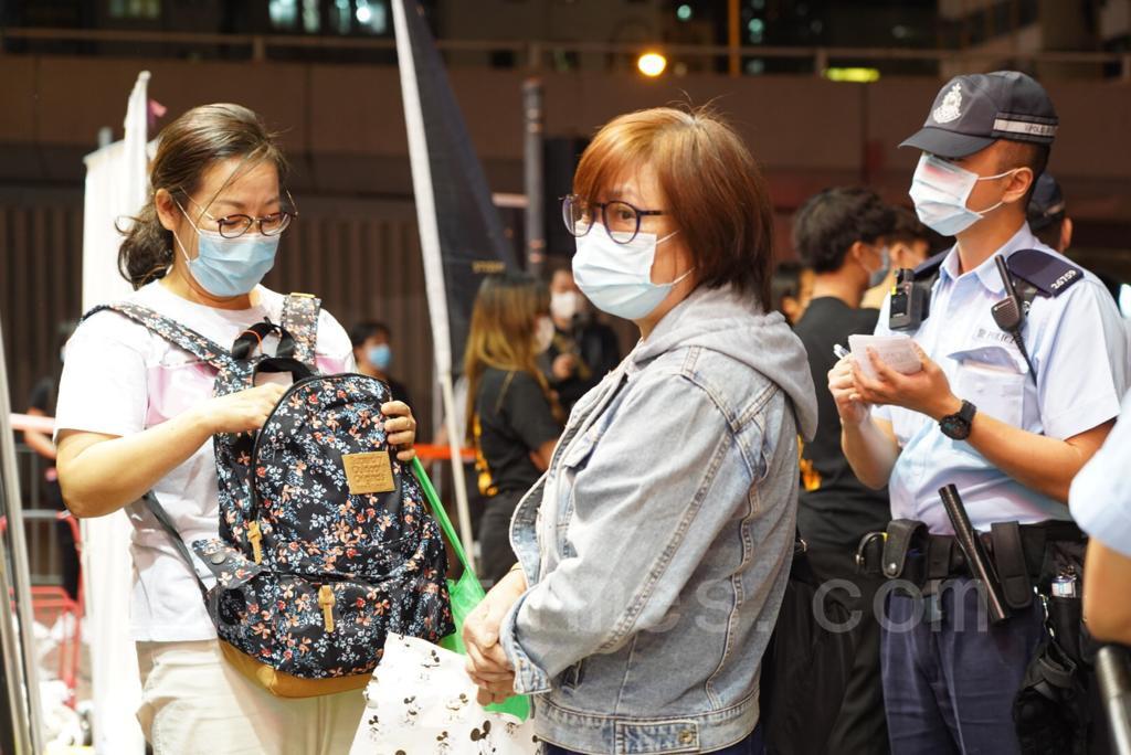 警方以違反「限聚令」為由,兩次封鎖街站並以涉嫌違反香港法例第599G章《預防及控制疾病(禁止群組聚集)規例》票控現場人士。(余鋼/大紀元)