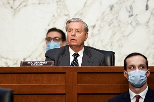 10月22日,美國參議院司法委員會通過傳召Facebook首席執行官馬克朱克伯格(Mark Zuckerberg)和推特首席執行官傑克多爾西(Jack Dorsey)發傳票動議。圖為司法委員會主席林賽格雷厄姆(Lindsey Graham,中)。(Greg Nash - Pool/Getty Images)