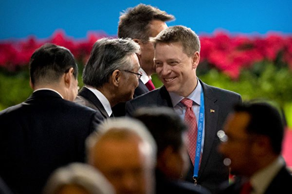 博明(中)是「中國通」,非常關注中國人權的狀況。 圖為博明2017年到北京出席一帶一路會議。(Mark Schiefelbein - PoolGetty Images)