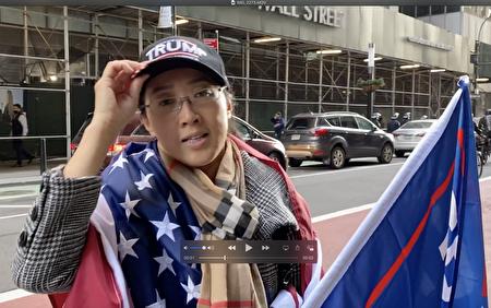 長島華人企業家譚女士在2020年10月21日曼哈頓挺特大遊行上。(施萍/大紀元)