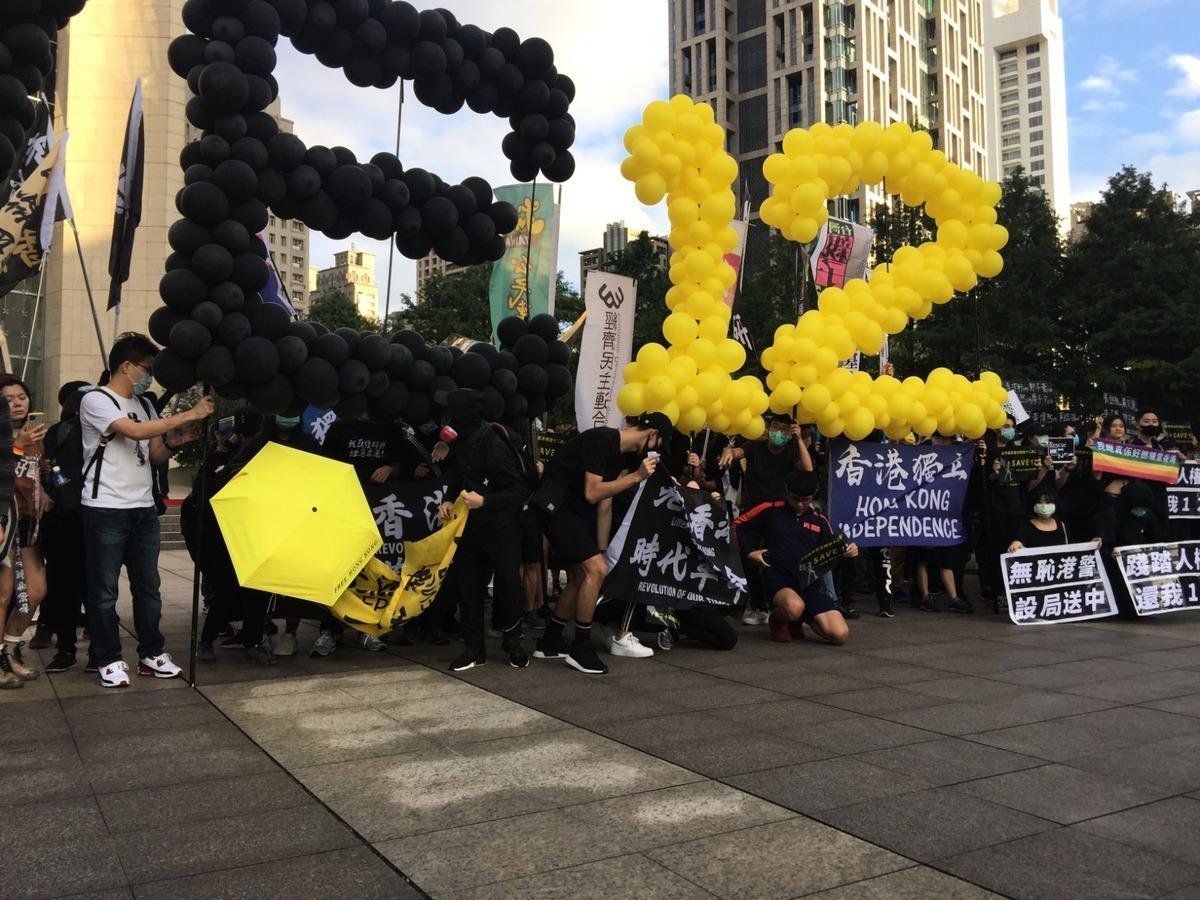 10月25日,台北約3,000人集會遊行,聲援12名被中共秘密關押的港人,呼籲台灣政府為香港抗爭者提供庇護。(楊存菁/大紀元)