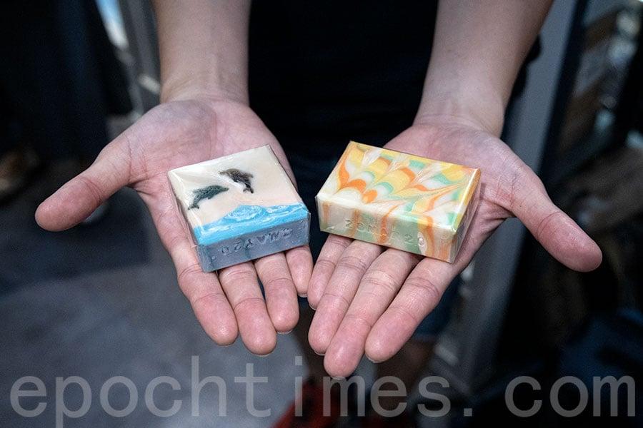 每一個「Xaler手足皂」都是出自一班十三至十七歲的少年手足之手,百分百全人手製作。(陳仲明/大紀元)