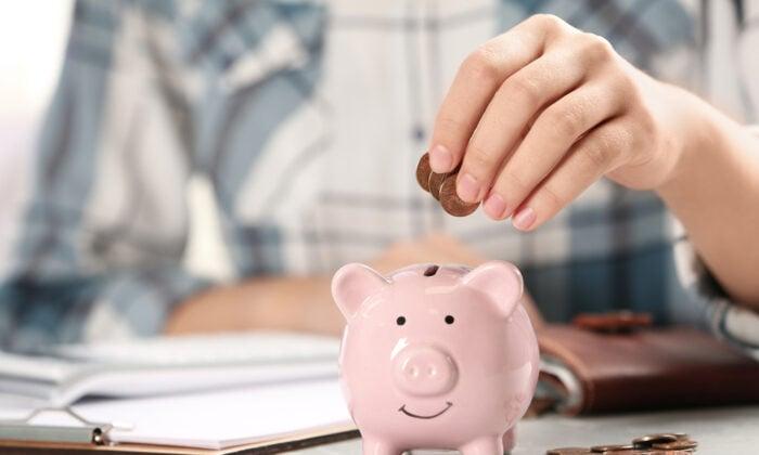 如何與錢打交道,是人生中重要的一課,沒學好就可能讓自己成為銀行黑名單上的「負翁」。(New Africa/Shutterstock)