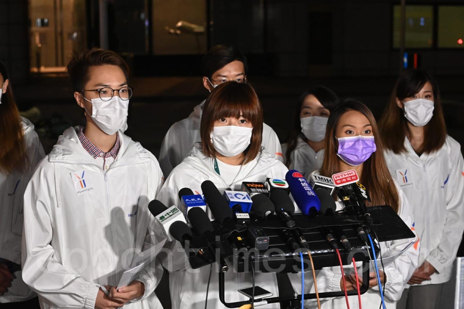 國泰航空員工工會10月26日於東涌某酒店召開緊急會員大會後回應媒體。(宋碧龍/大紀元)