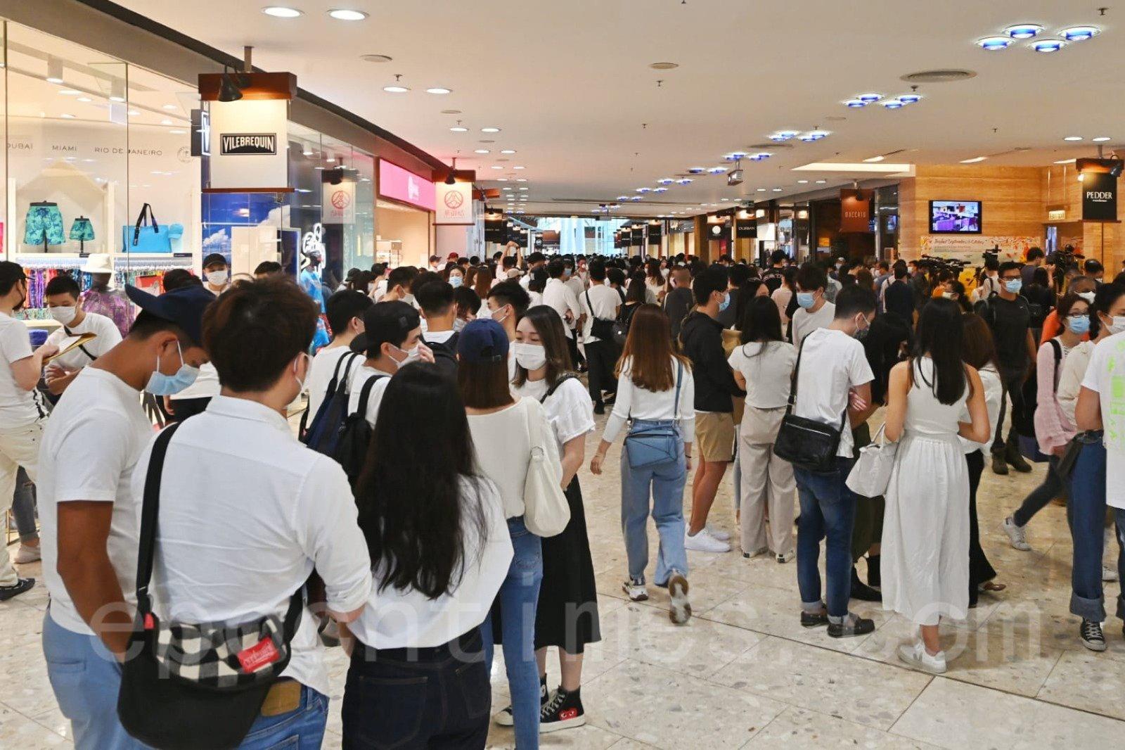 國泰航空員工工會10月26日召開緊急會員大會,受到場地及禁聚令影響,有近百名會員無法進場,聚集於酒店外聲援。(宋碧龍/大紀元)